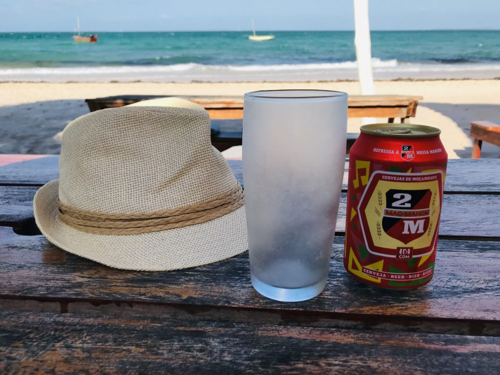 Bier und Hut am Strand von Vilanculos