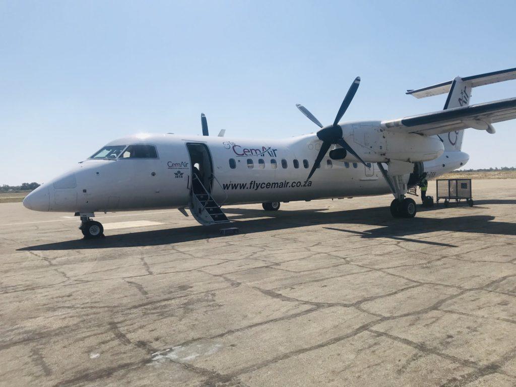 Flugzeug von Air mozambique am Startfeld