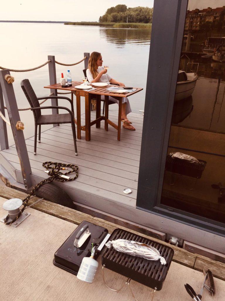 Mascha auf dem Hausboot Bugatti beim Hausboot Urlaub in Polen