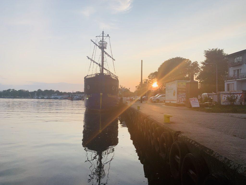 Sonnenuntergang an der Anlegestelle in Dziwnow vor dem Victoria I Schiff beim Huasboot Urlaub in Polen