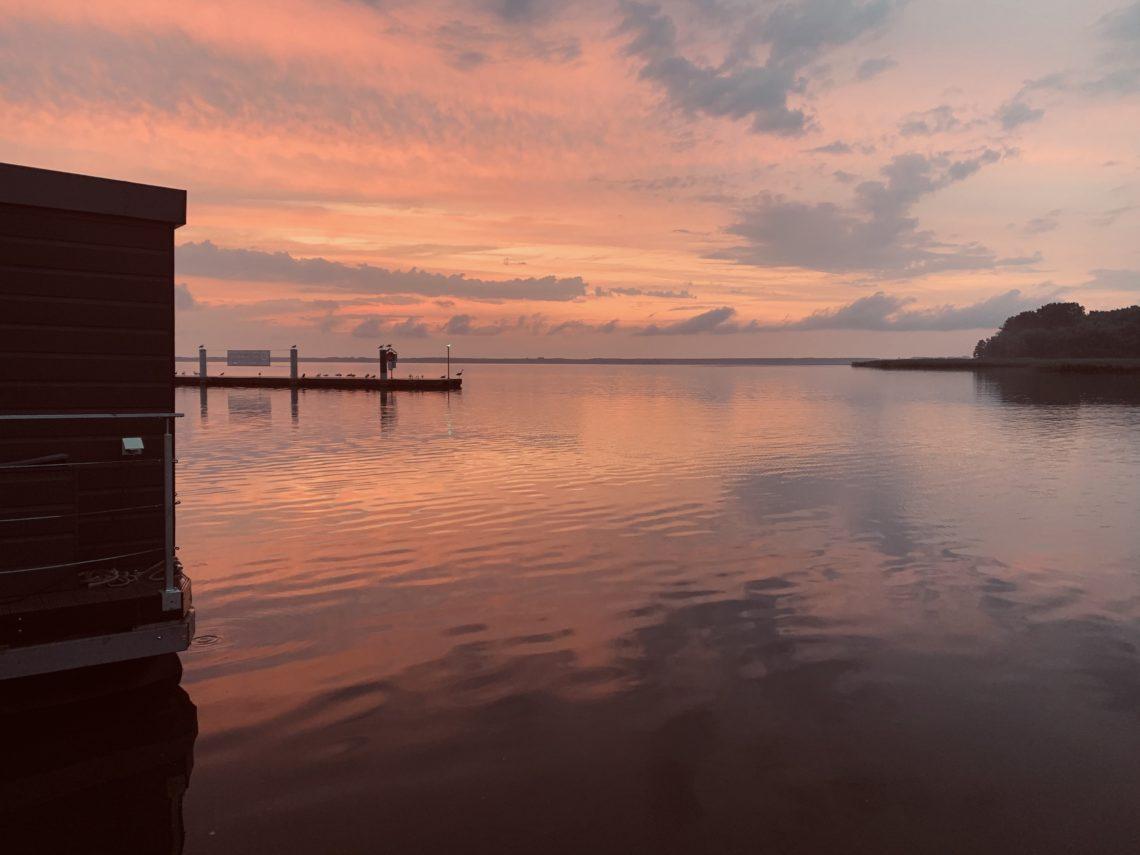 Sonnenuntergang in der Marina beim Hausboot Urlaub in Polen