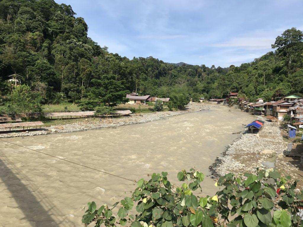 Der Fluss Bohorok bei der Erkundung von Sumatra auf eigene Faust