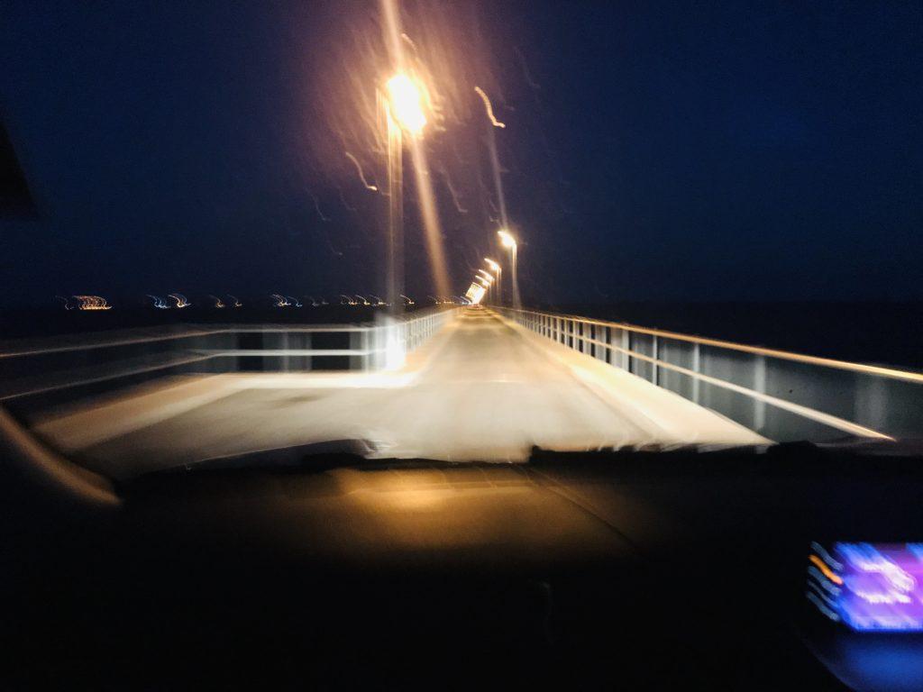 Brücke zu Ilha de Mocambique bei Nacht