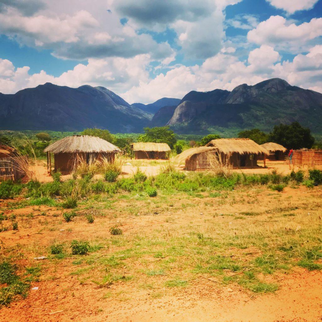 afrikanische Lehmhütten vor den Bergen