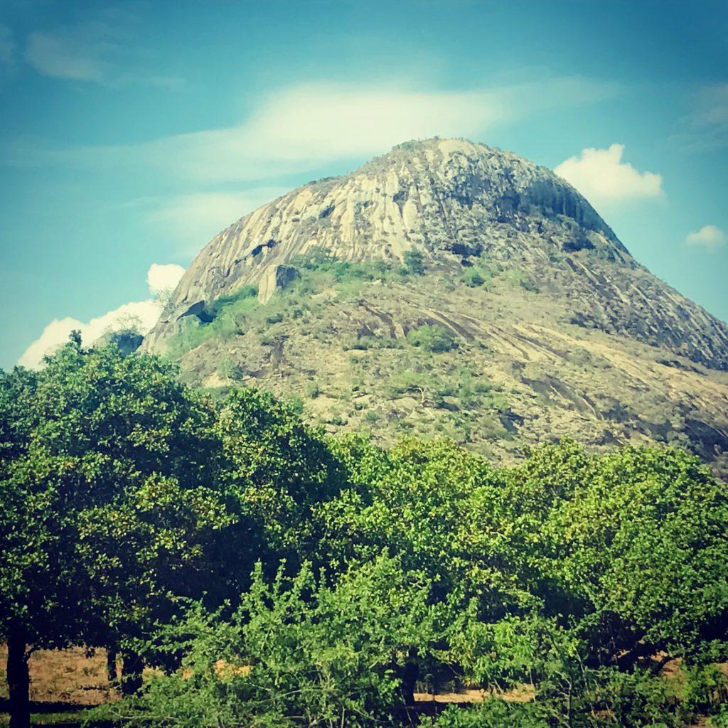 Kegelberg auf dem Roadtrip Nampula - Ribaue