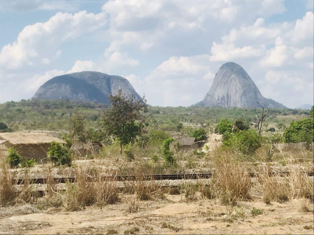 Kegelberge beim Roadtrip um Nampula