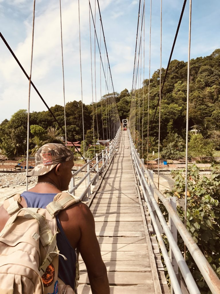 Guide Ricky überquert die Bohorok Brücke