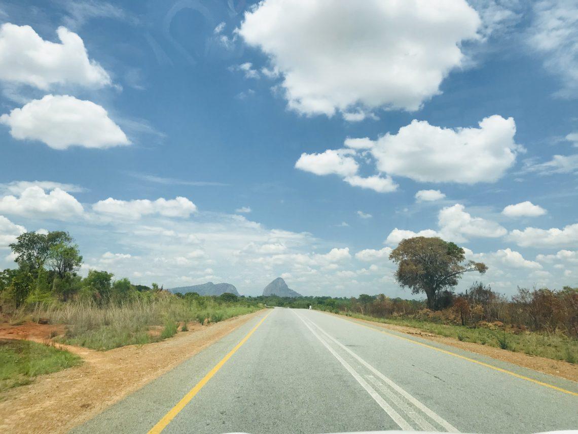 Straße nach Ribaue beim roadtrip nampula - ribaue - lha-de-mocambique