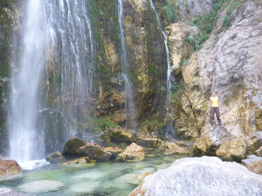 Mascha beim Wasserfall in der Nähe von Theth