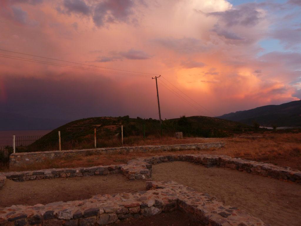 Rosa Wolken über dem Ohridsee - Eins der Albanien Tipps zur Entspannung