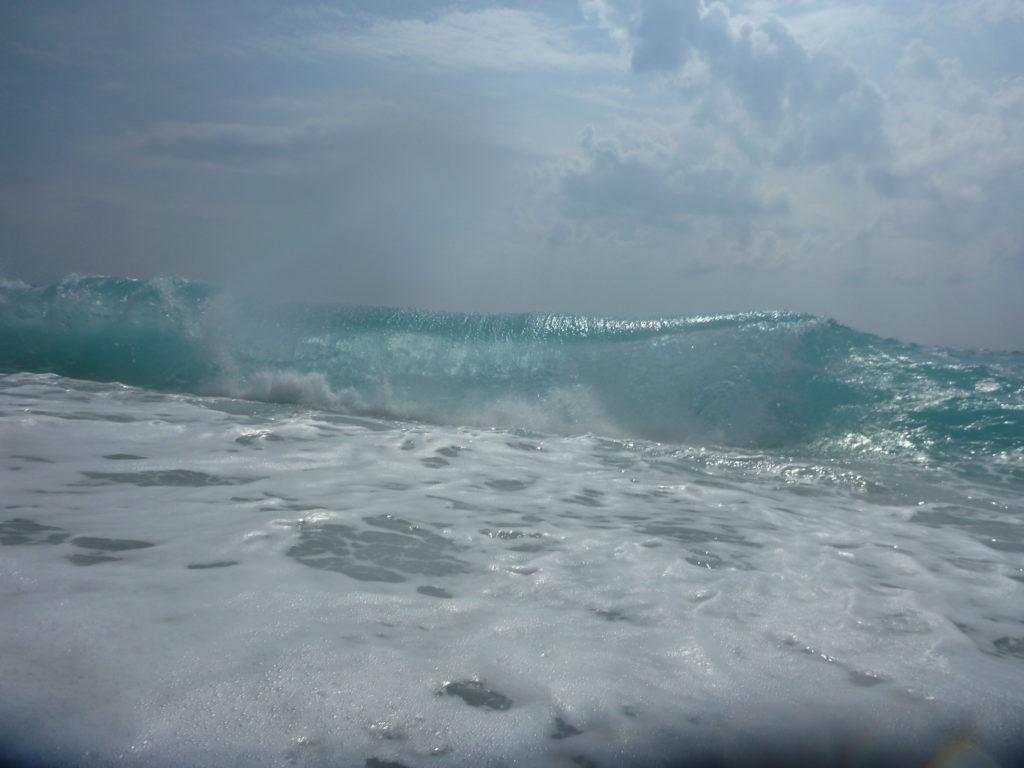 kristallblaue Wellen von Albaniens Mittelmeer