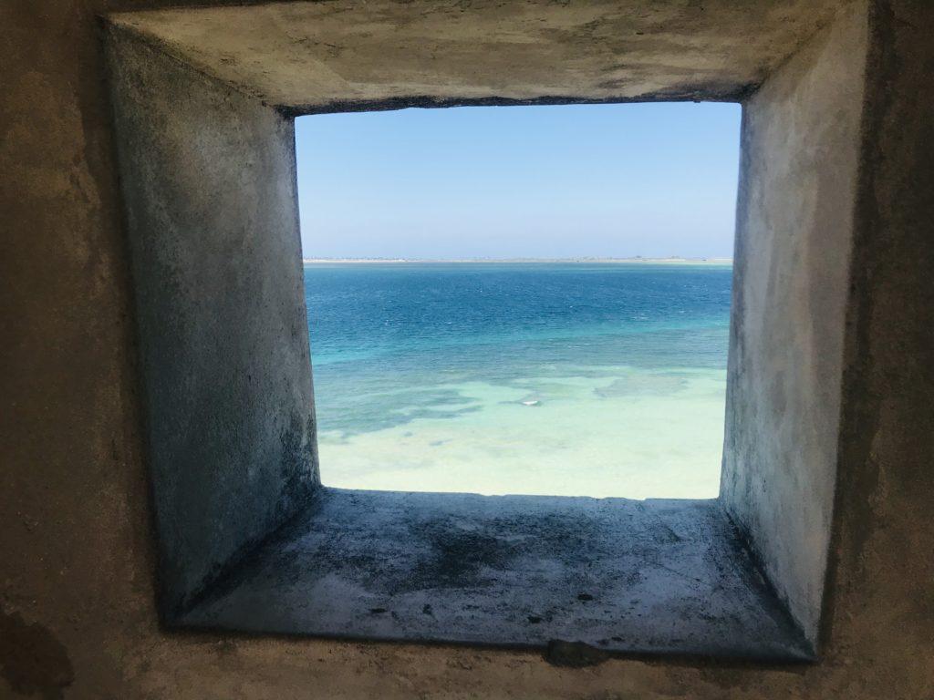Der Ausblick durch eine Schießscharte von Fort São Sebastião auf Ilha de Moçambique