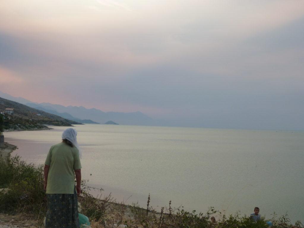 Alte Frau blickt auf den Skutarisee