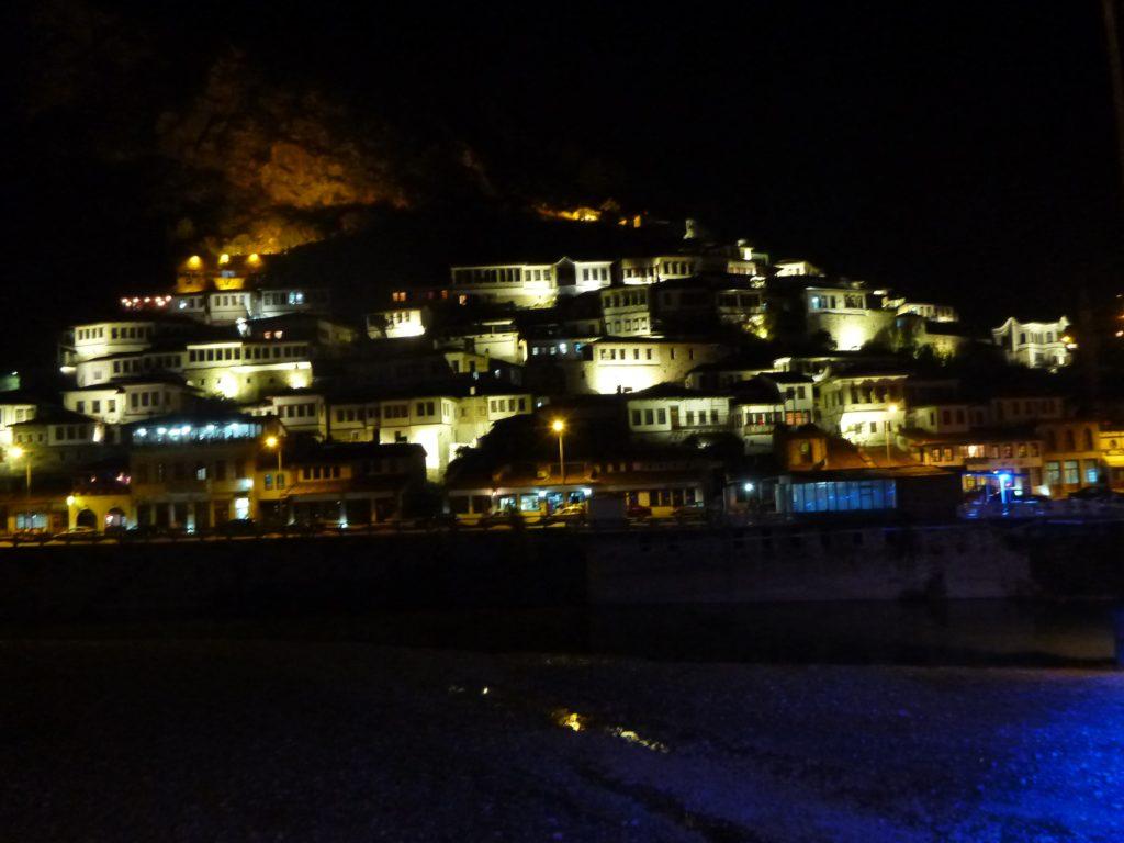 Beleuchtete Häuser von Berat bei Nacht - Albanien Tipp für eine Städtereise