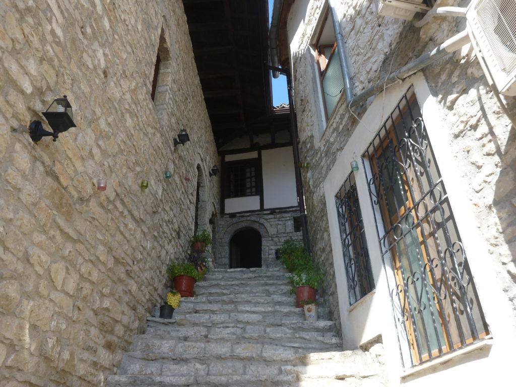 Eine Steintreppe des osmanischen Hauses führt zum Hauseingang in Berat