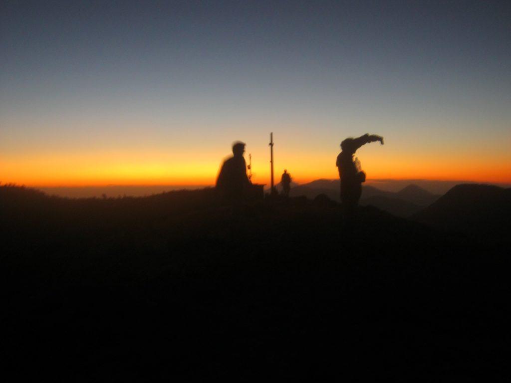 Menschen in der Morgendämmerung auf dem Vulkan Telica bei Leon, Nicaragua