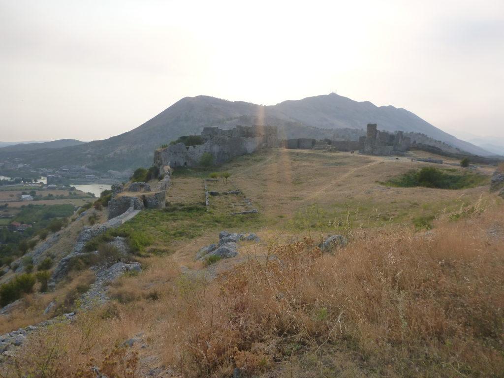 Rozafa Burg vor dem Hintergrund der Berge