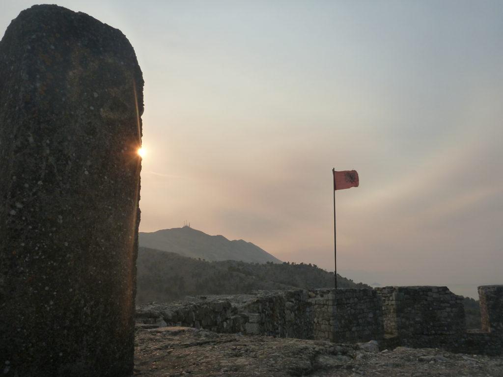 Albanische Flagge auf der Rozafa Burg