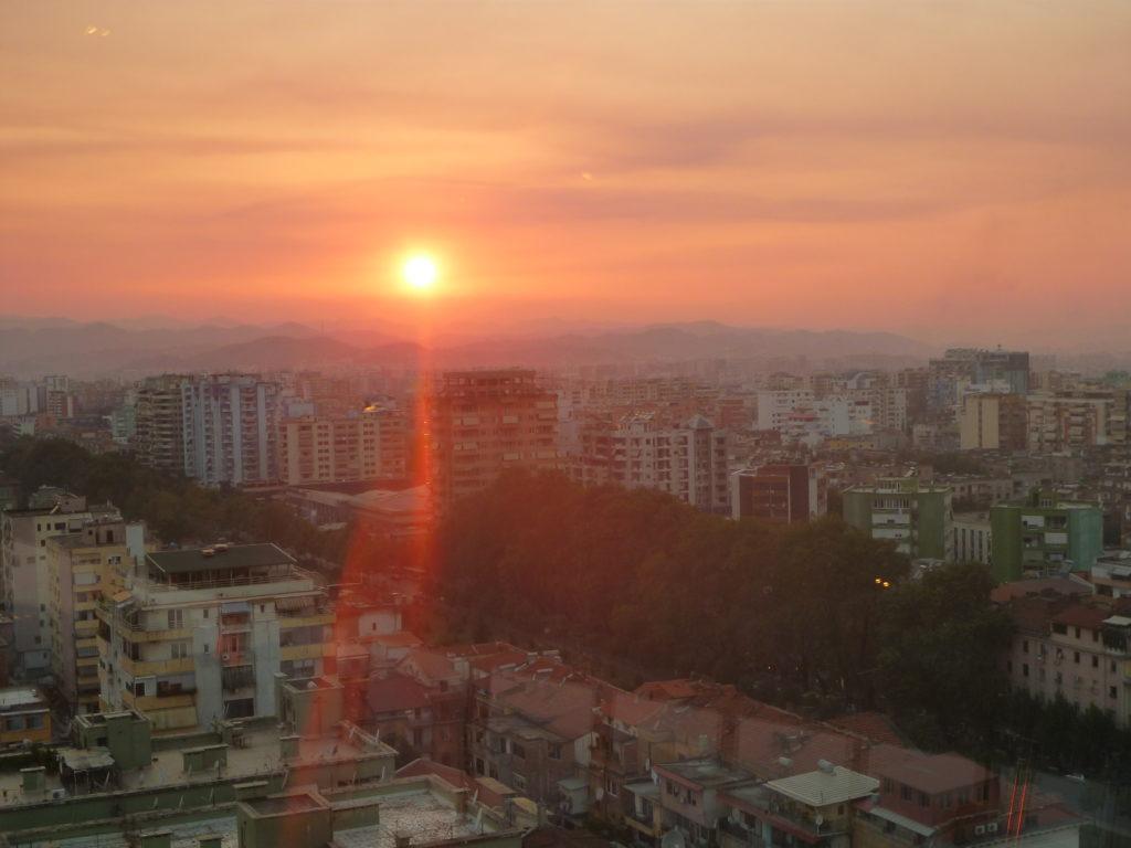 Sonnenuntergang über Tirana - Albanien Tipp als Start der Reise