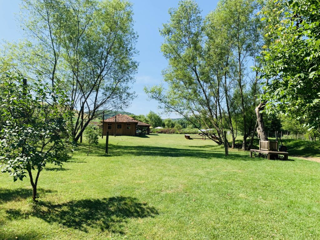 Valea Verde Garten im Sommer