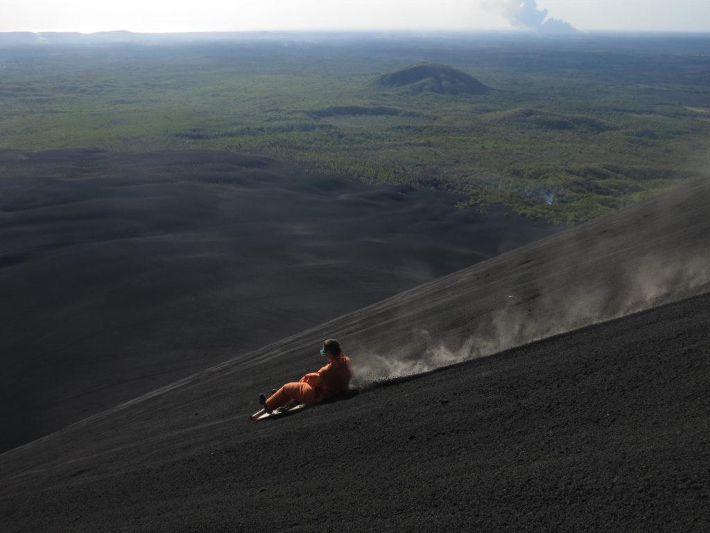eine Person beim Volcano Boarding