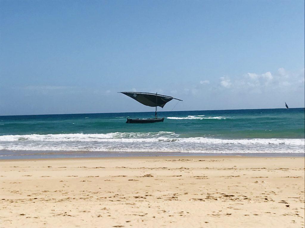 Schwarze Dhow vor Barra Beach in Mosambik